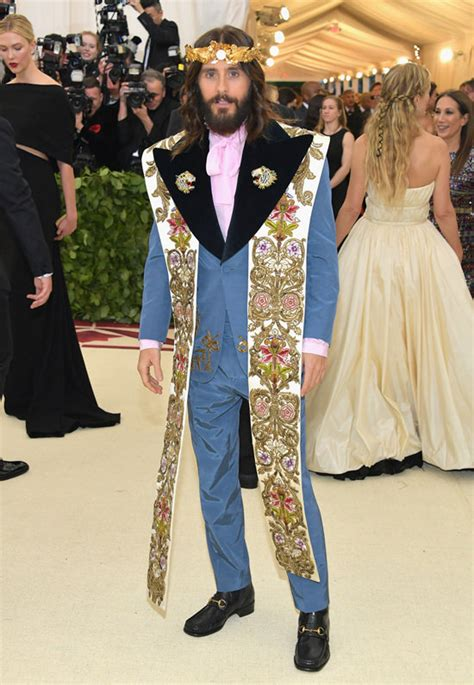 Met Gala 2018: Jared Leto Runs to the Corner for a Pack of